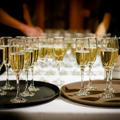 champagner zur hochzeitsfeier mit brosen